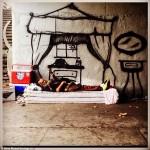 فنان يرسم للمشردين