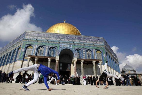 شبان فلسطينيون يدافعون عن الأقصى بالكابويرا 2