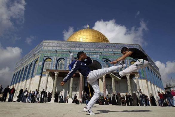 شبان فلسطينيون يدافعون عن الأقصى بالكابويرا 4