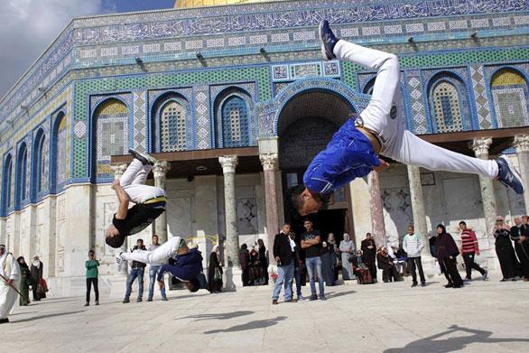 شبان فلسطينيون يدافعون عن الأقصى بالكابويرا