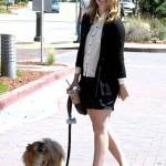 ميشا بارتون مع كلبها في نزهة