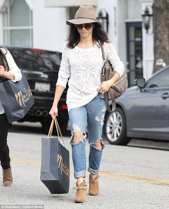 جينا ديوان اثناء التسوق