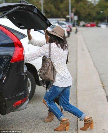 جينا ديوان تضع المشتريات فى السيارة
