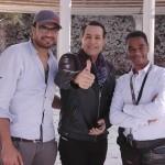 حكيم يتوسط مدير التصوير أحمد حسين والمخرج محمد عبد الجواد