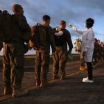 رجال الاسعاف يقسون حرارة رجال الجيش للتأكد من خلوهم من الايبولا