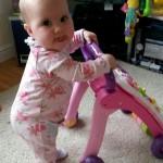 طفلة تخرج لسانها أثناء اللعب