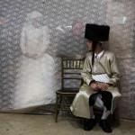 عروس يهودية تنظر لعريسها فى مراسم الفرح