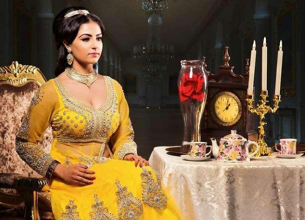 الأميرة الحسناء إلى جانب طاولة مجهزة بشكلٍ أنيق.
