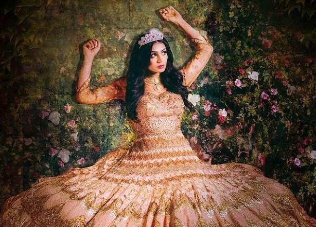 الجميلة النائمة بخلفية من آلاف الورود وأوراق الشجر الملتفة حول سريرها.