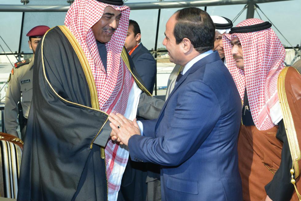السيسى يصافح كبار مستقبليه لدى وصوله مطار الكويت