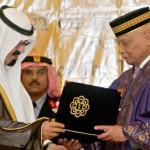 Saudi Arabia's King Abdullah (L) receive