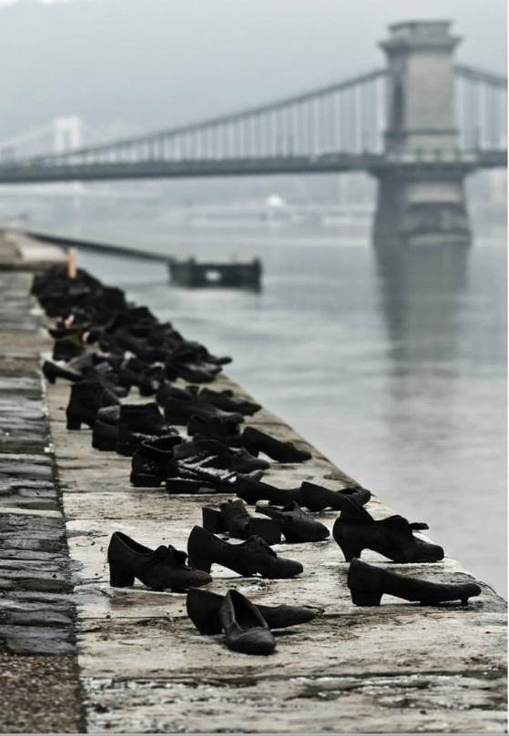 أحذية علي نهر الدانوب  المكان : بودابست – هنغاريا