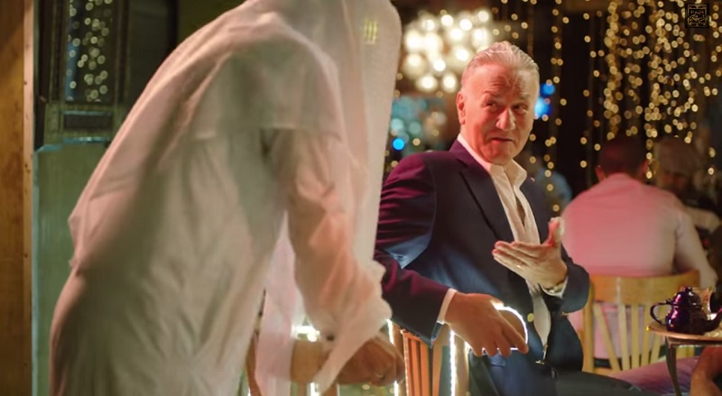 عزت ابو عوف يعطى كرسى لشخص لا يعرفه