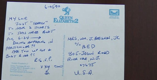 رجل يكتب رسالة يوميا لزوجته من 40 سنة