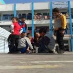 أطفال يلتفون حول وجباتهم الغذائية بغزة