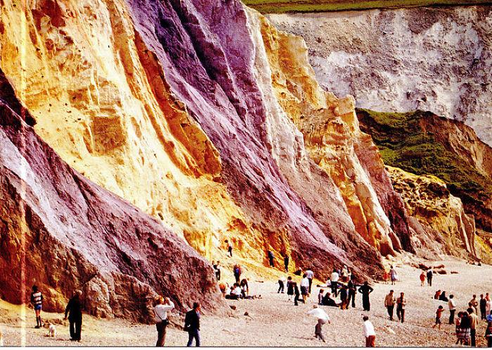 المنحدرات الملون والرمال وفي الشب خليج على جزيرة و ايت في القناة الإنجليزية