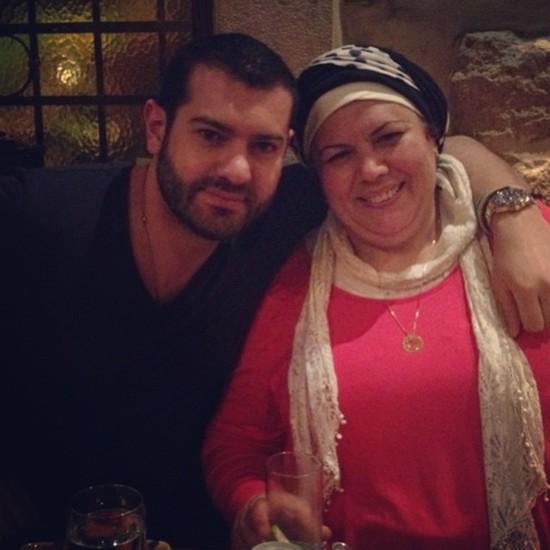 عمرو يوسف مع والدته
