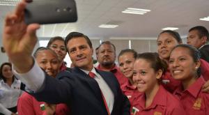 الرئيس المكسيكى يلتقط سيلفى مع طلاب مدرسة