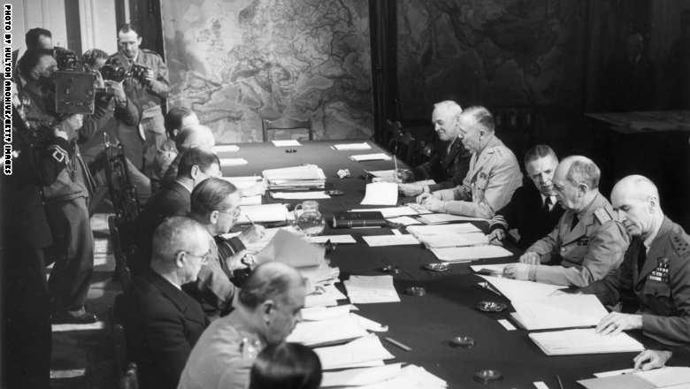 الجنرال الأمريكي جورج مارشال، مع رؤساء الأركان خلال اجتماع في القاهرة 1944