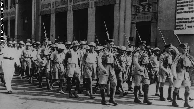 أسرى إيطاليون تم القبض عليهم خلال العمليات في الشرق، يجري اقتيادهم في شوارع القاهرة ، 8 نوفبمر/ تشرين الثاني 1940.