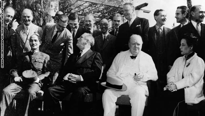 الرئيس الأميريكي فرانكلين روزفلت، ورئيس الوزراء البريطاني وينستون تشرتشل، والقائد الصيني تشيانع كاي شيك، مجتمعون مع قادة عسكريون في مؤتمر بالقاهرة، لمناقشة الحرب مع اليابان