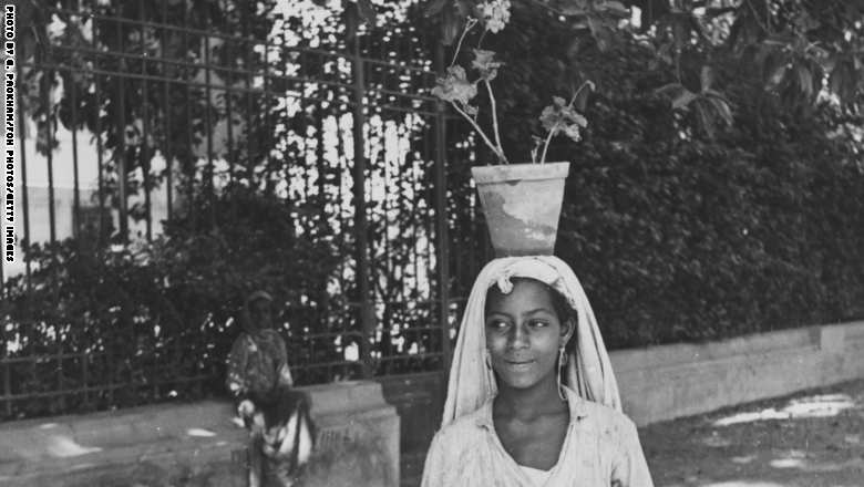 فتاة مصرية تبيع الورود في أحد شوارع القاهرة 1944