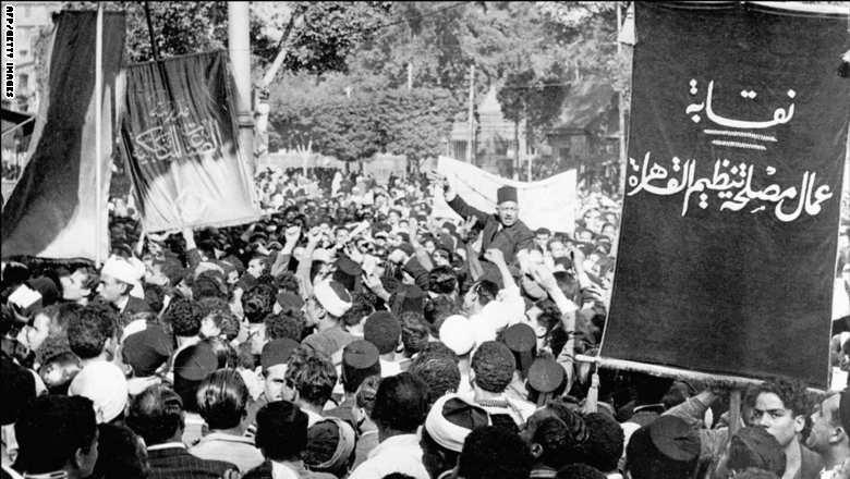 متظاهرون يحملون صالح حرب باشا