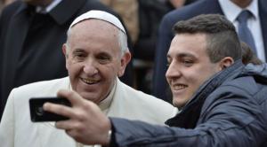 بابا الفاتيكان فى سلفى مع احد الاشخاص