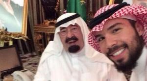 حفيد ملك السعودية الراحل  عبدلله بن عبد العزيز يلتقى معه سيلفى