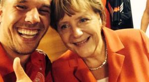 أنجيلا ميركل مستشار الاتحاد الألمانى تأخذ سيلفى مع لاعب  الكورة بولدوسكى