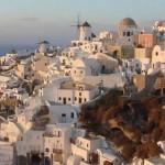 """- جزيرة """"سانتوريني"""" في اليونان."""
