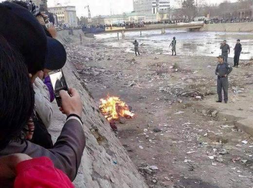 حرق جثة فرخندة بحضور رجال الشرطة