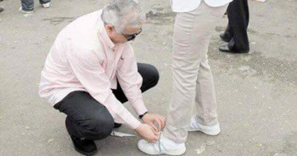رجل يربط حذاء امراه