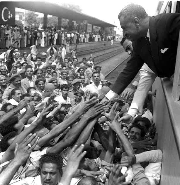 جمال عبد الناصر يسلم على الجماهير من داخل القطار