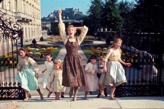 لقطة تبيّن الفستان الذي ارتدته جولي أندروز في فيلم لحن الموسيقى