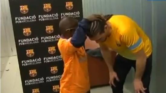 مامادو الكفيف يتعرف على لاعبي برشلونة عن طريق اللمس