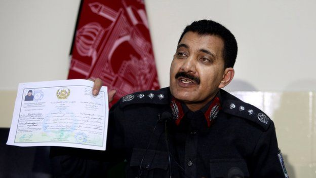 مدير شرطة كابول يعرض شهادة دراسة فرخندة