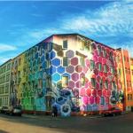 فنانة تحول المبانى القديمة إلى خلايا نحل بألوان زاهية