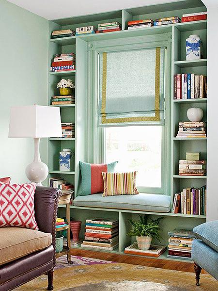 رفوف-كتب-حول-شباك-مع-كرسي-للقراءة