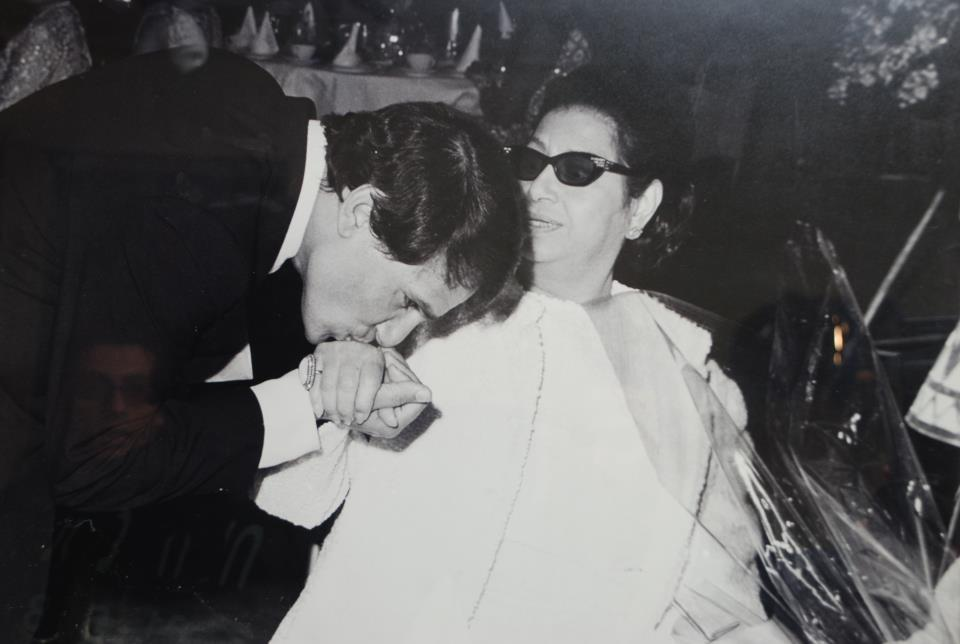 عبد الحليم يقبل يد ام كلثوم