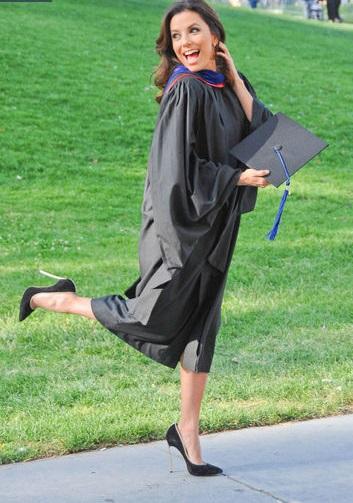 إيفا لانغوريا أثناء تخرجها من جامعة كاليفورنيا الحكومية عام 2013