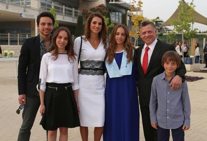 الأميرة إيمان بنت العاهل الأردني الملك عبد الله أثناء تخرجها من المدرسة الثانوية عام 2014