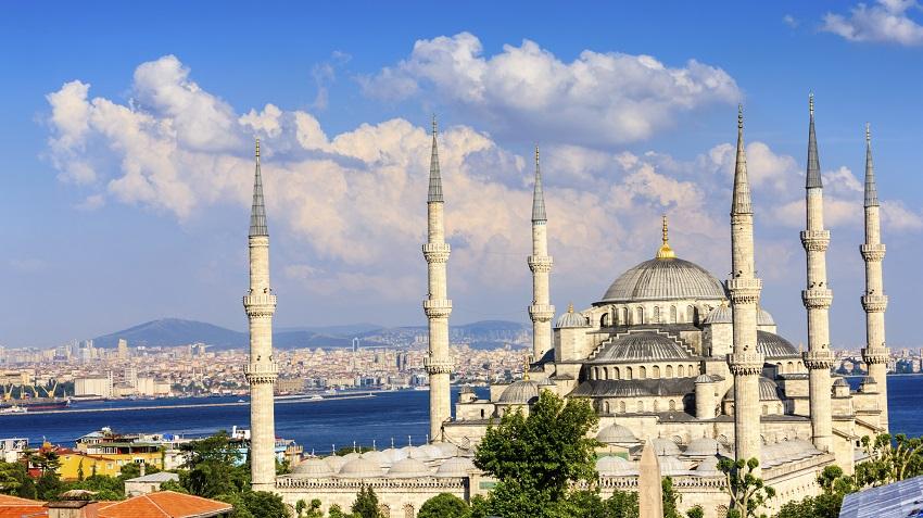 المسجد الأزرق ذو المآذن الستة تحفة معمارية وتاريخ طويل الموقع نيوز