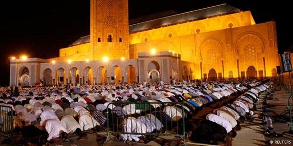 المغرب صلاة المسلمين في مسجد الحسن الثاني وبيع التمور