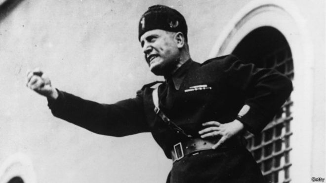 بينيتو موسوليني أنشأ نظامه في إيطاليا وقت الاضطرابات.