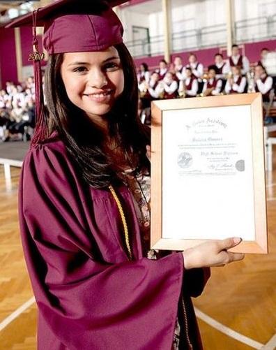 سيلينا غوميز أثناء تخرجها من المدرسة الثانوية عام 2010