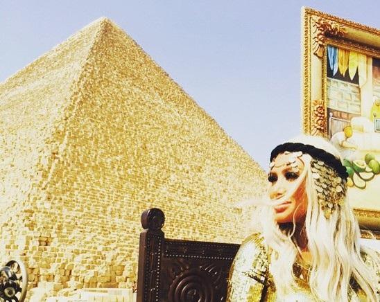 صور-مايا-دياب-بإطلالة-كليوباترا-وتسبب-زحمة-في-شوارع-القاهرة-1263679