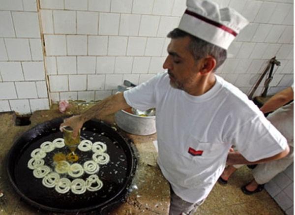 فلسطين صنع الحلويات بفانوس الطين