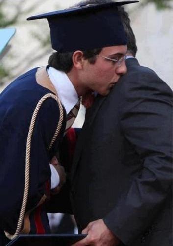 لأمير الحسين نجل العاهل الأردني الملك عبد الله أثناء تخرجه من المدرسة الثانوية عام 2012