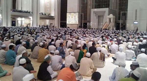 """ماليزيا تجمّع المصلين في جامع """"الملك ميزان"""""""